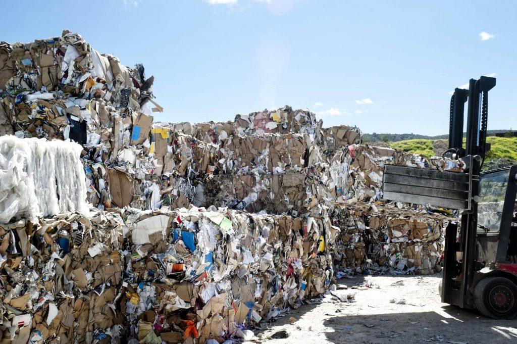 Como é feito o tratamento de resíduos sólidos?